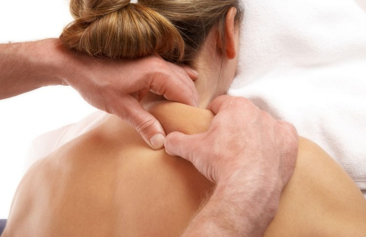 Проведение массажа в шейно-воротниковой зонепри остеохондрозе