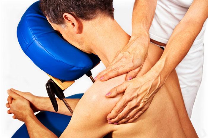 Специалист делает массаж пациенту