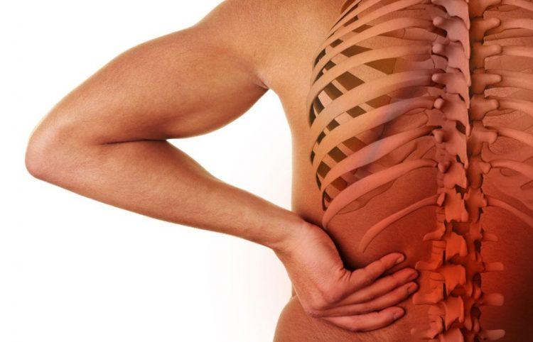 Изначально пациент начинает испытывать боль в спине