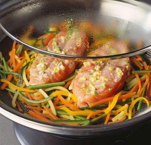 Еду лучше всего готовить на пару или запекать
