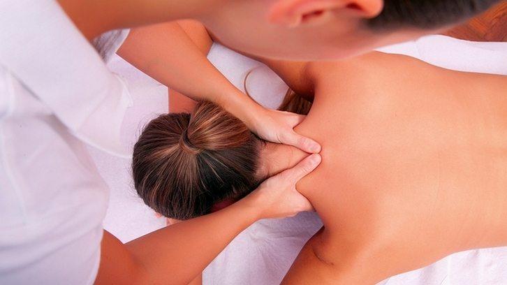 Массаж расслабляет мышцы при заболевании