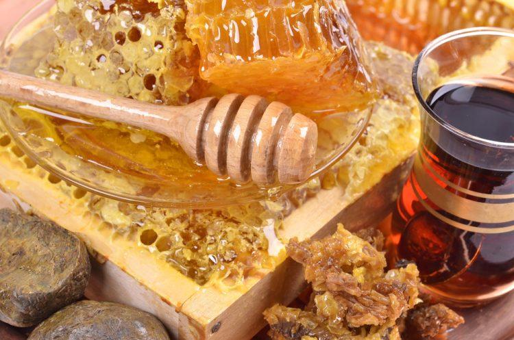 На основе меда готовят средства, помогающие бороться с недугом