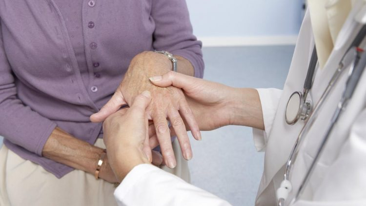 При первых симптомах недуга необходимо обратиться за помощью к специалисту