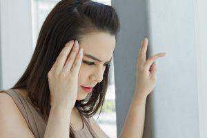 При обострении болезни могут появляться головные боли и головокружение