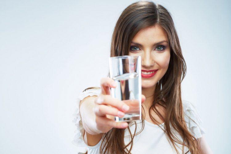 При артрите необходимо выпивать достаточное количество воды в день