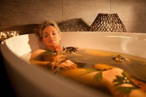 Для лечебных ванн используют сборы трав