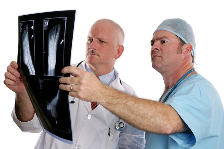 Врачи изучают снимок пациента
