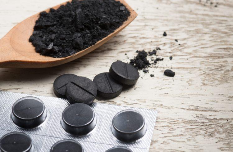 Для снятия болевых ощущений можно сделать компресс из активированного угля