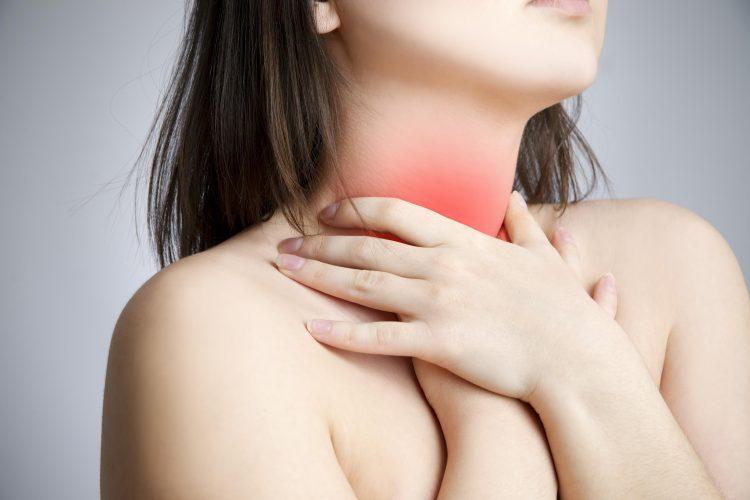 При остеохондрозе шейного отдела боль в горле все-же может появляться