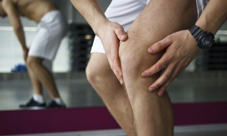 При хондрозе коленного сустава пациент жалуется на болевые ощущения и ограничение движения