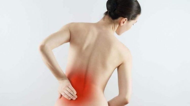 При грудном остеохондрозе боль может проявляться даже в пояснице