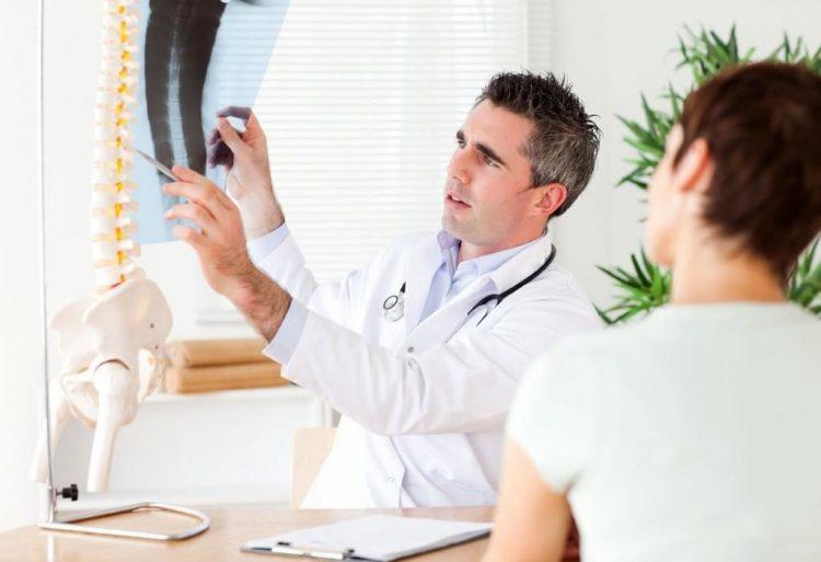 При повышенной температуре и сопутствующих симптомах необходимо обратиться за помощью к специалисту
