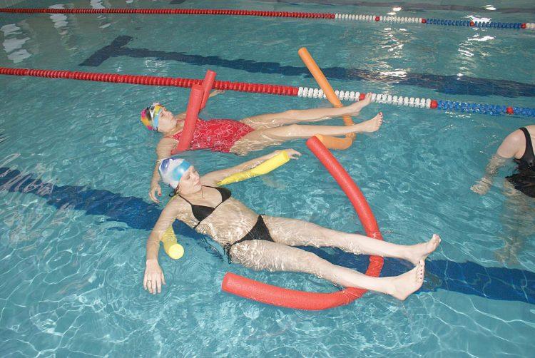 Посещение бассейна показано почти при любой стадии болезни