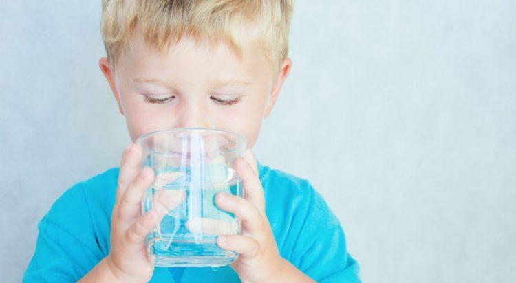 Ребенку необходимо пить достаточное количество воды в день