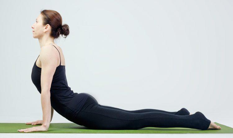 Выполнение упражнения Бхуджагасана