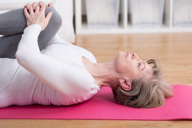 Упражнения для позвоночника следует проводить плавно и без резких движений