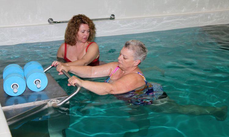 Пациенту может быть назначен курс аквааэробики