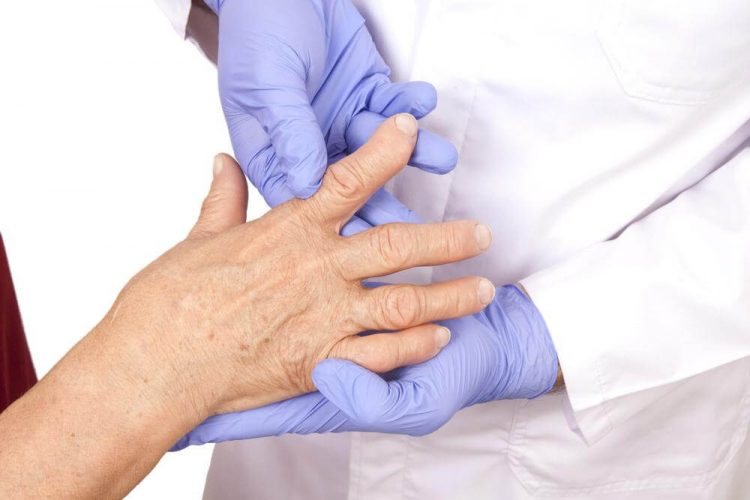 При первых симптомах заболевания следует обратиться к врачу