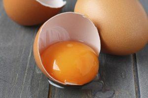 В качестве народного лечения можно приготовить мазь на основе яичного желтка
