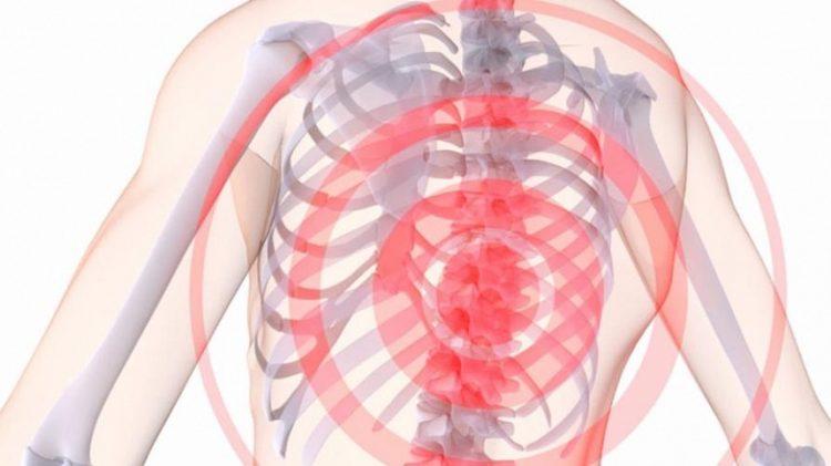 При остеохондрозе шейного и грудного отдела могут появляться боли, похожие на сердечные