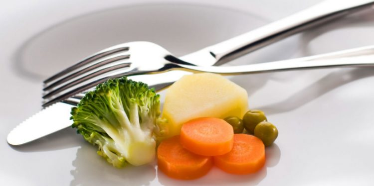 Больному следует питаться небольшими порциями