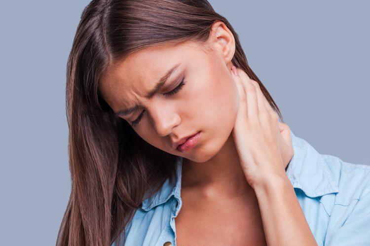 Пациент может ощущать болезненные ощущения в шее и головные боли