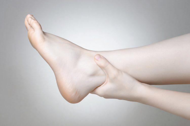 При патологии человек испытывает резкую боль в суставах