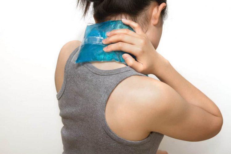 Применение холодного компресса в область шеи