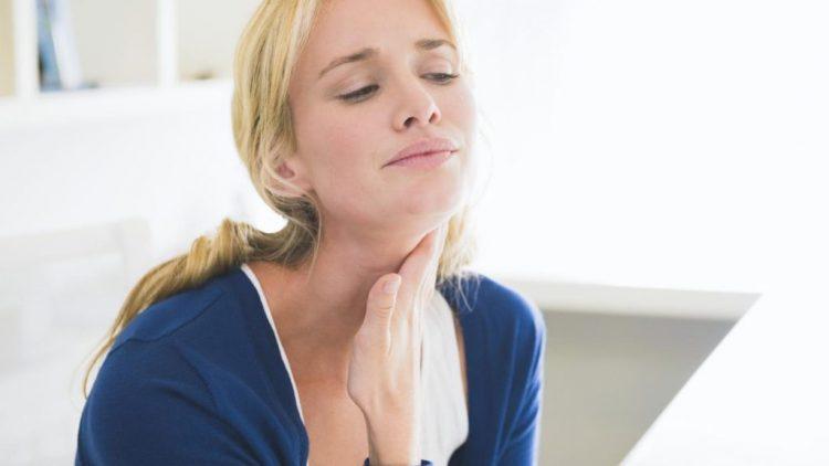 Появление дискомфорта в области глотки связано с травмированием хрящевой ткани
