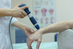 Для лечения артроза применяются физиотерапевтические процедуры