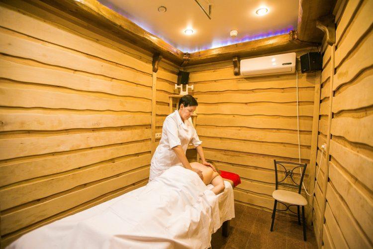 Массаж в бане - одна из дополнительных лечебных процедур