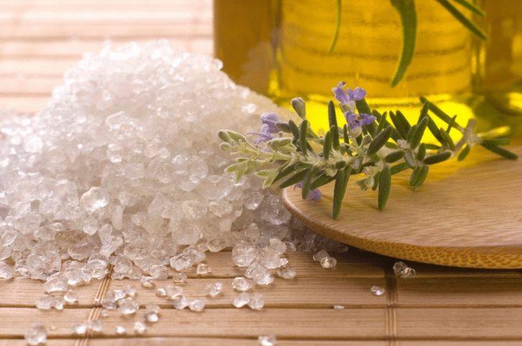Для лечения можно использовать морскую соль