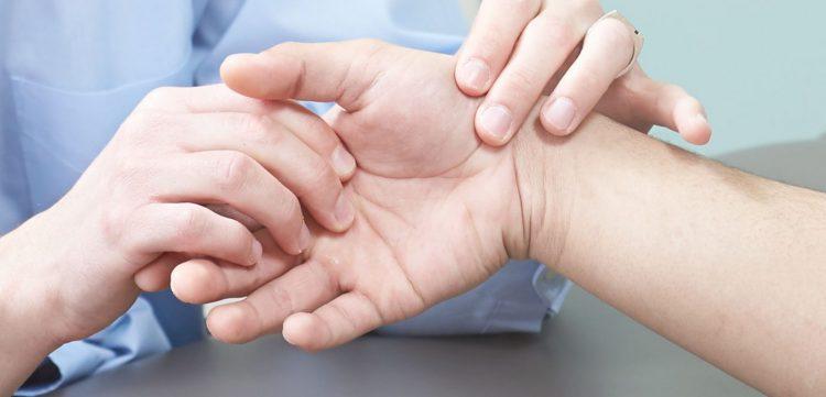 Заболевание может прогрессировать на фоне травмы или гормонального сбоя