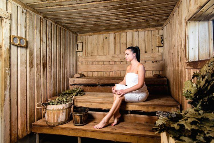 Больному артритом следует посещать баню и делать массаж