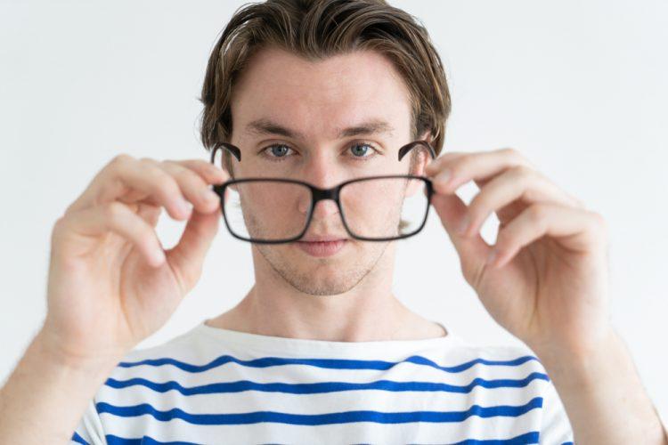 При шейном остеохондрозе могут болеть глаза