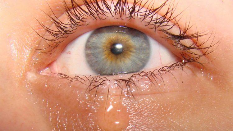 У пациентов может наблюдаться покраснение глаз и их слезливость