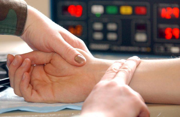 При патологии наблюдается учащение пульса и тахикардия