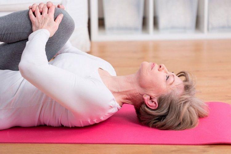 Выполнение упражнений на спине